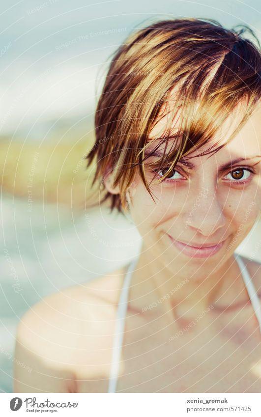 am Strand Mensch Frau Kind Ferien & Urlaub & Reisen Jugendliche Sommer Sonne Meer Junge Frau Ferne 18-30 Jahre Erwachsene Wärme Leben feminin
