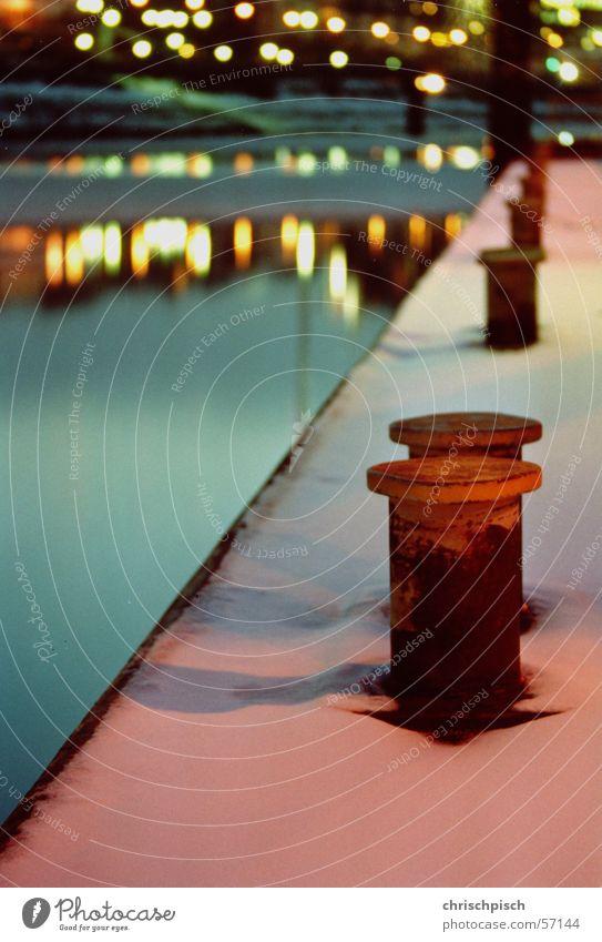 Farbenspiel am Fähranleger Langzeitbelichtung Strömung Eisscholle Winter Morgen Dämmerung Poller Anlegestelle Reflexion & Spiegelung Elbe Hamburg Hafen