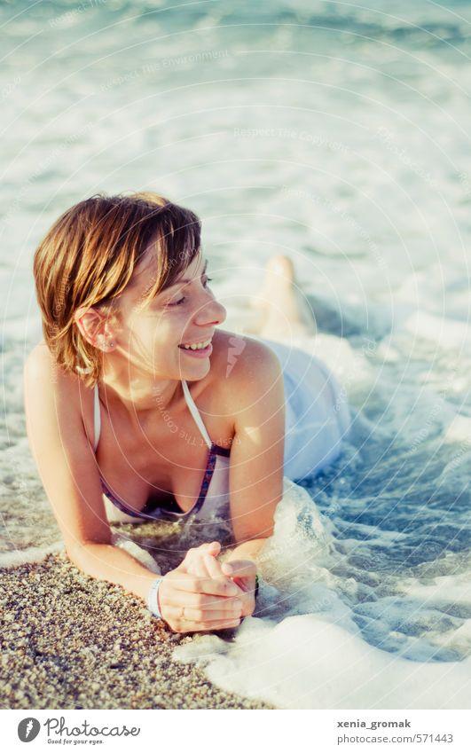 Sommerurlaub Mensch Frau Ferien & Urlaub & Reisen Jugendliche Wasser Sonne Meer Erholung Junge Frau Strand 18-30 Jahre Erwachsene Leben feminin Küste