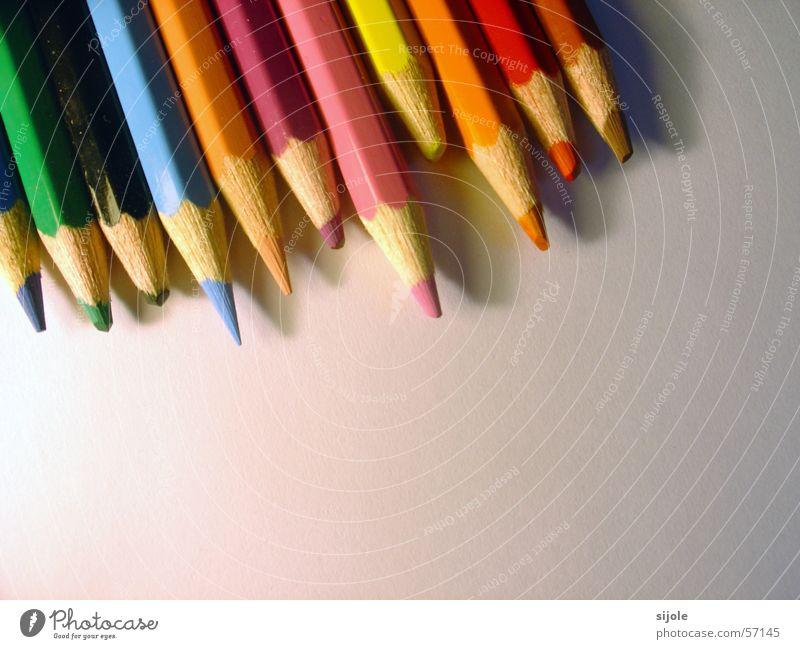 Wer wird der Erste sein?? grün blau rot schwarz gelb Farbe Holz braun orange rosa Schreibstift Anstreicher Verschiedenheit gespitzt Holzfarbe