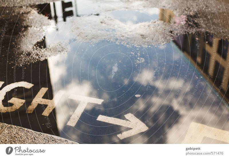 ght London Stadt Hauptstadt Fußgänger Straße Straßenkreuzung Wege & Pfade Wegkreuzung Verkehrszeichen Verkehrsschild Pfeil Pfütze Reflexion & Spiegelung