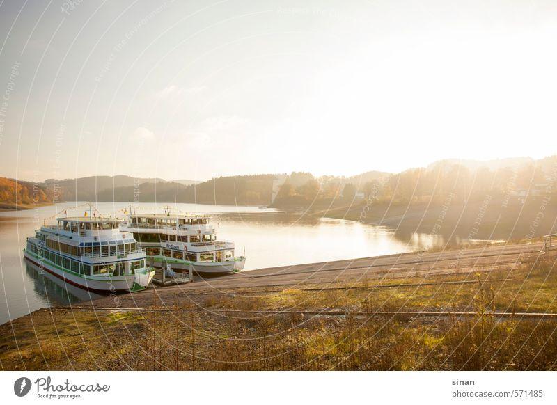 Schiffe auf dem Biggesee Natur Ferien & Urlaub & Reisen blau grün Wasser Sonne Baum Landschaft Wald kalt Berge u. Gebirge Herbst See Wasserfahrzeug Horizont braun