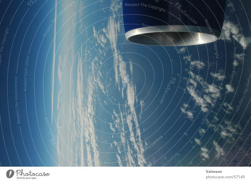 Blau. und blau. und blau. Himmel weiß Meer blau Wolken Ferne Flugzeug