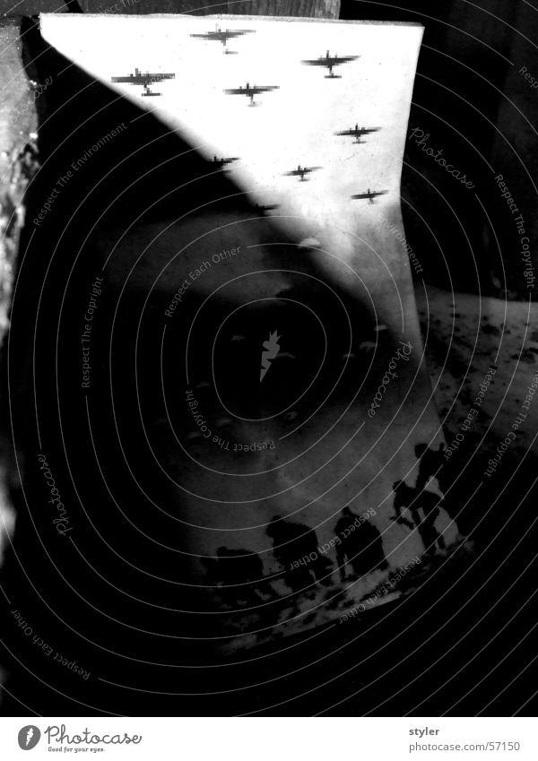 Fliegerangriff Flugzeug Krieg Flucht Fallschirm Flüchtlinge