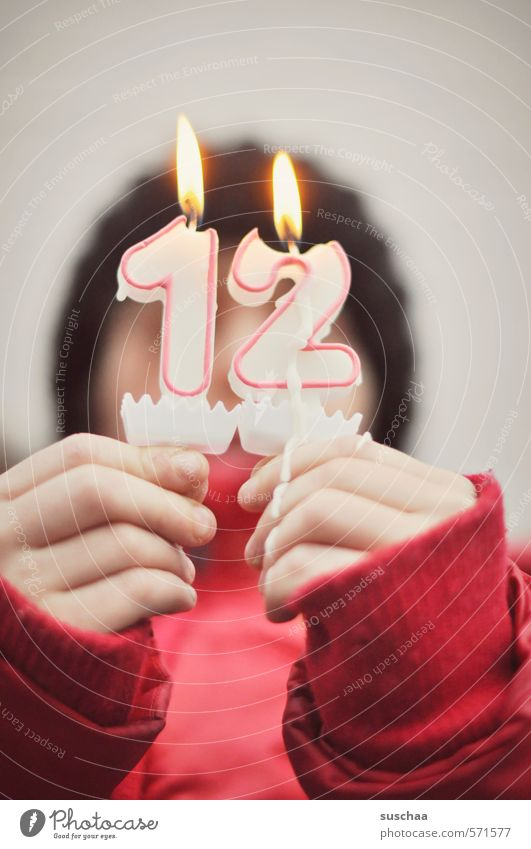 12.12.2013 Mensch Kind Hand rot Mädchen feminin Kopf Haut Kindheit Finger Brand Ziffern & Zahlen Romantik Kerze 8-13 Jahre brennen