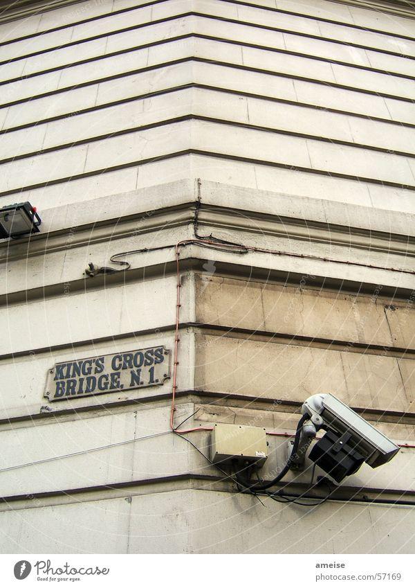 Warning 02 Lampe Mauer Graffiti Schilder & Markierungen Kabel Fotokamera Club Überwachung London Borough of Camden Bahnhof King's Cross