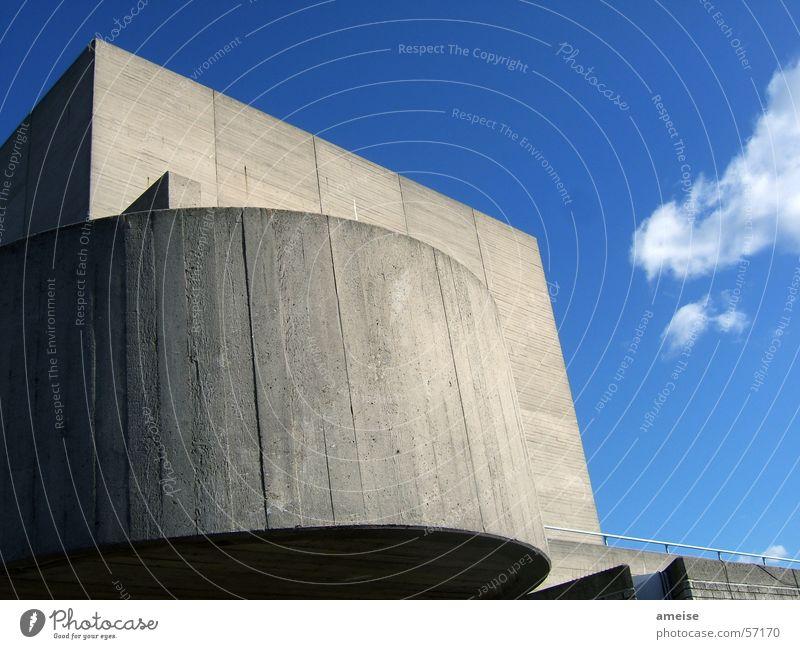 Academy in London Studium Filmindustrie Haus Gebäude Beton Wolken Sonne Außenaufnahme Stein Himmel blau Schatten