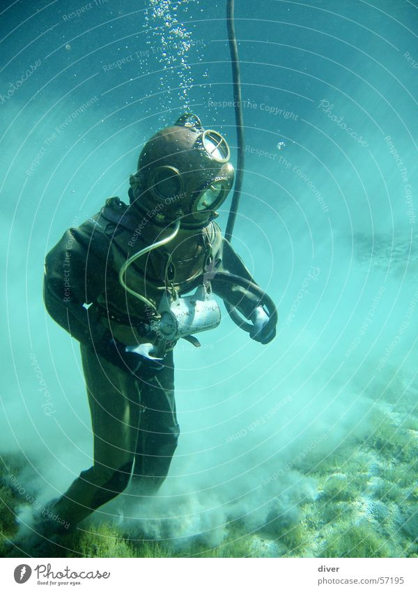 Helmtaucher Mensch Mann Wasser See Sand laufen Aktion tauchen historisch Unterwasseraufnahme Seegrund