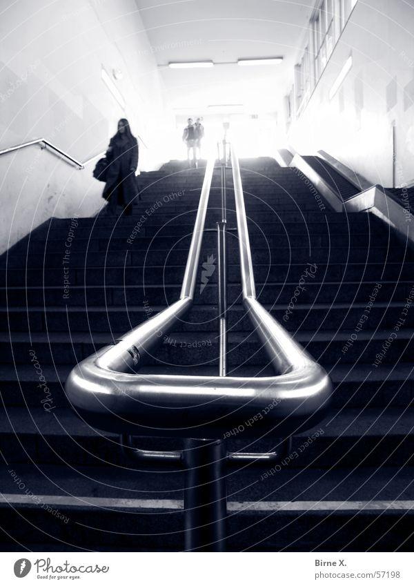Du hättest nicht dort hinunter gehen sollen... Frau Mann Treppe gefährlich bedrohlich unten Bahnhof Geländer abwärts Kriminalität Krimineller Untergrund Bahnsteig Verfolgung Überstrahlung