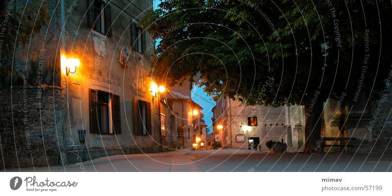 Grosjnan alt Ferien & Urlaub & Reisen ruhig Straße dunkel Stimmung Beleuchtung Europa verfallen Laterne Vergangenheit Kopfsteinpflaster Nacht Straßenbeleuchtung