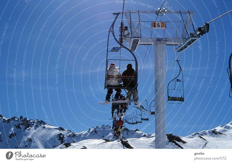 liftboys01 Winter Snowboard Sport Schnee Berge u. Gebirge Alpen Schneebedeckte Gipfel aufwärts hoch Sesselbahn Skilift Snowboarder Skifahrer hintereinander