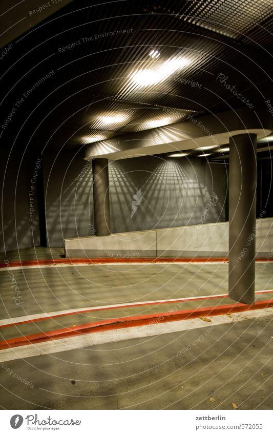 Parkhauseinfahrt rot dunkel Beleuchtung oben Lampe Schilder & Markierungen Streifen fahren geheimnisvoll Spuren Säule Eingang Scheinwerfer Autoscheinwerfer