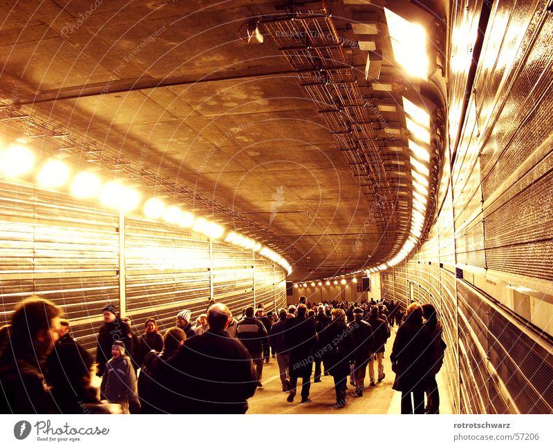 Menschenmenge im Tiergartentunnel Mensch Stadt dunkel Berlin Beleuchtung orange Beton Mitte Tunnel Stahl Menschenmenge Dynamik Kurve Hauptstadt Bogen unterirdisch