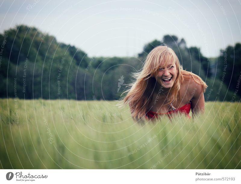 Freude feminin Wiese Feld lachen leuchten blond Fröhlichkeit Glück Lebensfreude Frühlingsgefühle Vorfreude Begeisterung Euphorie Kraft Zufriedenheit Porträt