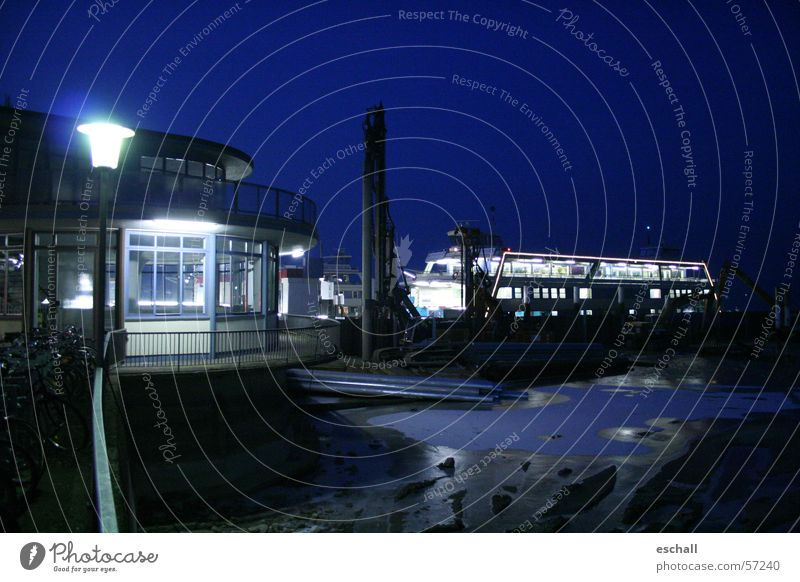 Unterwegs Farbfoto Außenaufnahme Nacht Kunstlicht Kontrast Reflexion & Spiegelung Langzeitbelichtung Low Key Weitwinkel Winter Baustelle Wasser Nachthimmel See