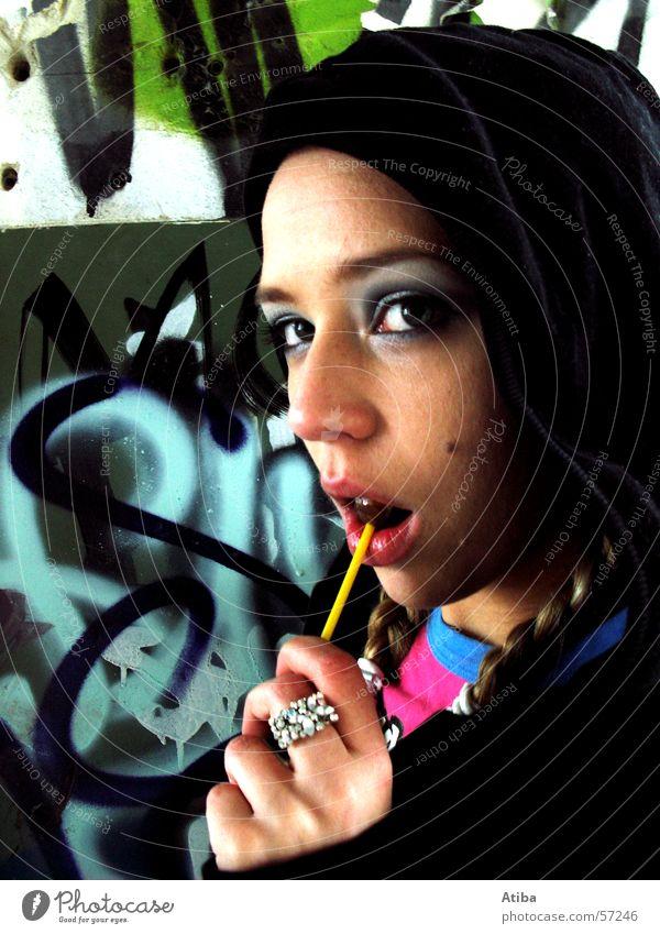 candygirl feminin Frau Süßwaren Rind Hiphop Schminke Zopf Fabrik Mauer Lippen Graffiti Nahaufnahme Gesicht