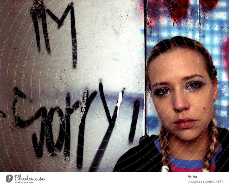 sorry Frau Gesicht Farbe feminin Wand Traurigkeit Mauer Graffiti Trauer Text Zopf Hiphop Entschuldigung