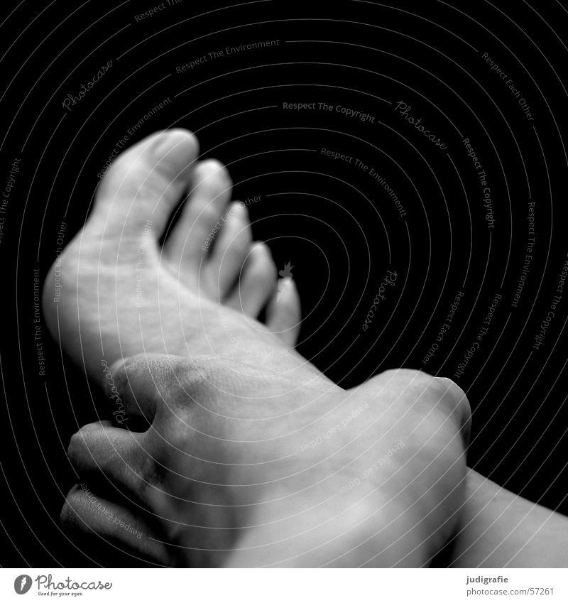 Hand und Fuß Frau Zehen Finger berühren schwarz weiß Haut Mensch Barfuß