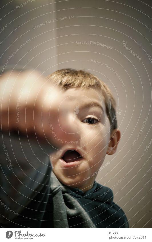 In Deckung sportlich Fitness Kinderspiel Wohnung Kampfsport Erfolg Verlierer Junge Mund 1 Mensch 3-8 Jahre Kindheit Tanzen Mauer Wand Pullover blond kämpfen