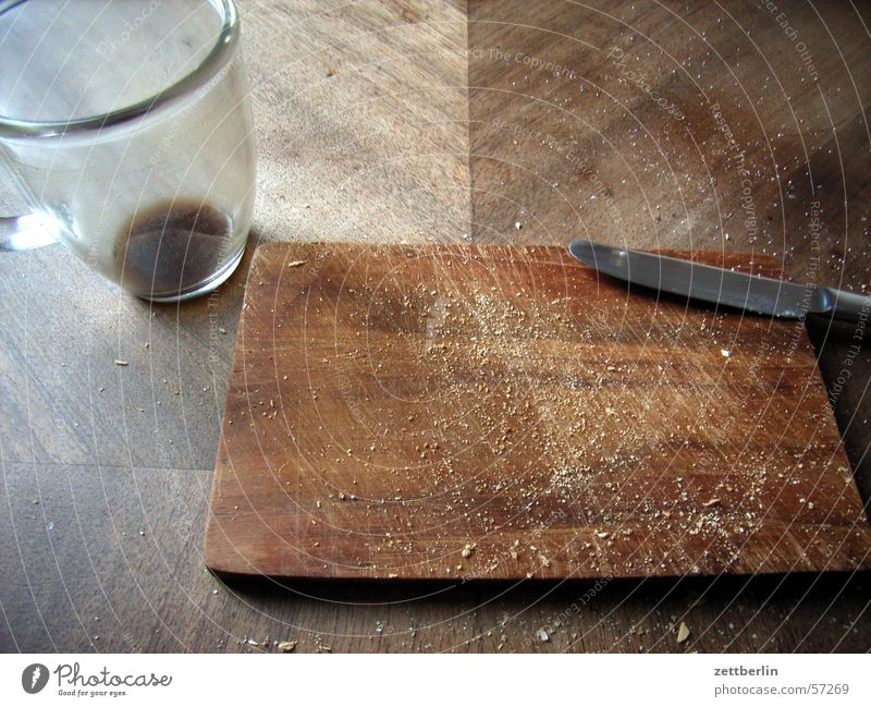 Kinder! Frühstück ist fertig! Holz Glas leer Kaffee Ende Tasse Schneidebrett Messer Brettwurzelbaum Krümel Kaffeesatz