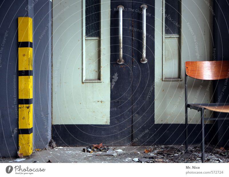 fahr stuhl Baustelle Hochhaus Industrieanlage Fabrik Gebäude Tür Fahrstuhl dreckig gelb Stuhl signalgelb Arbeit & Erwerbstätigkeit Arbeitsplatz kaputt