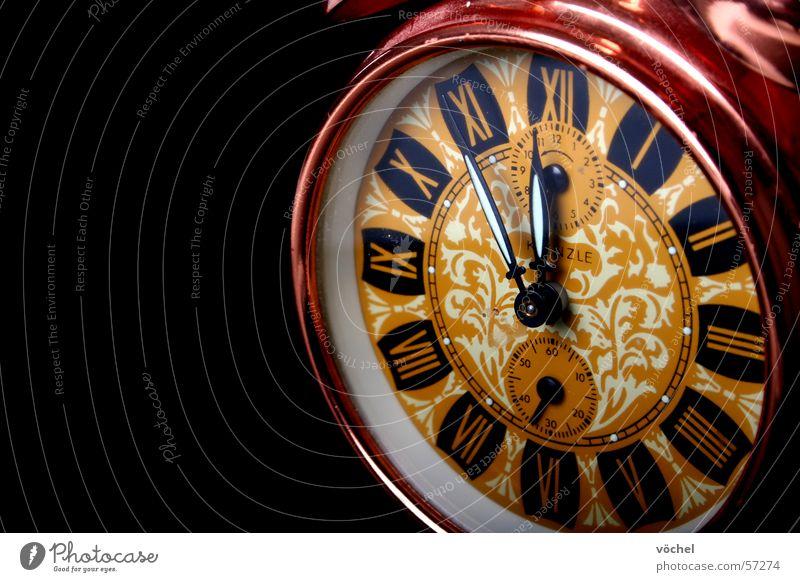 fünf vor zwölf Zeit Uhr laut Wecker Uhrenzeiger