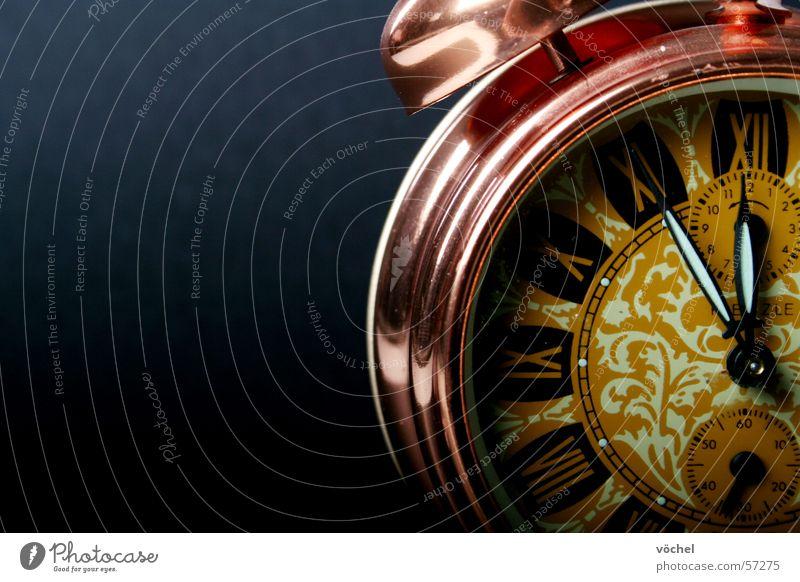 fünf vor zwolf die zweite Wecker Zeit Uhr laut Uhrenzeiger
