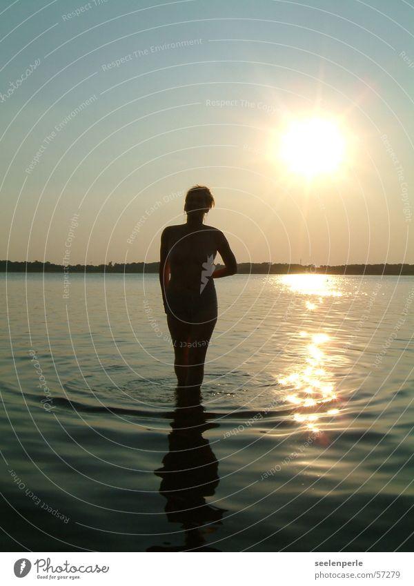 Silouette in der Abendsonne Wellen Sonnenuntergang silouette