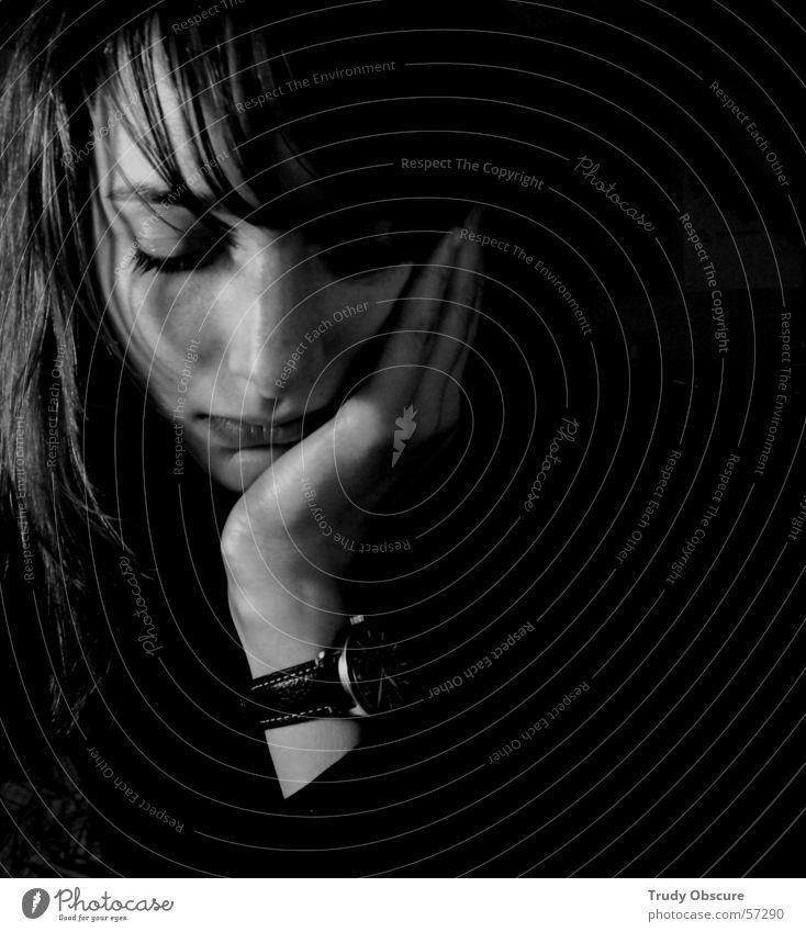 lonesome... Mensch Frau feminin Hand Lippen Porträt Uhr Finger schwarz weiß grau Licht dunkel Gesicht Auge Arme Nase Mund Haare & Frisuren Schatten Kontrast