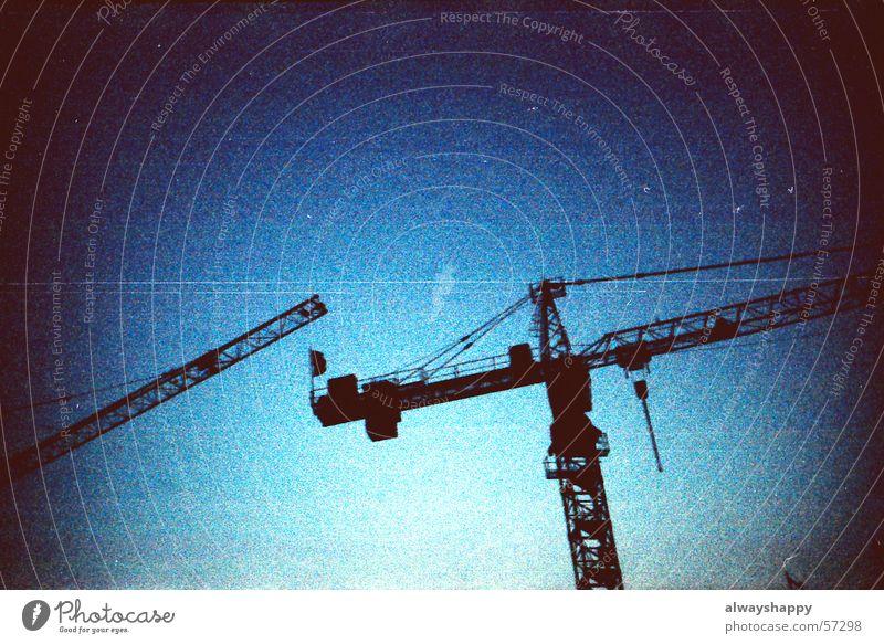 Kran 01 Baustelle dunkel bedrohlich Holga Unschärfe Bildpunkt körnig Himmel Cross Processing altehrwürdig dark blue sky crane threatening. lomo toycamera