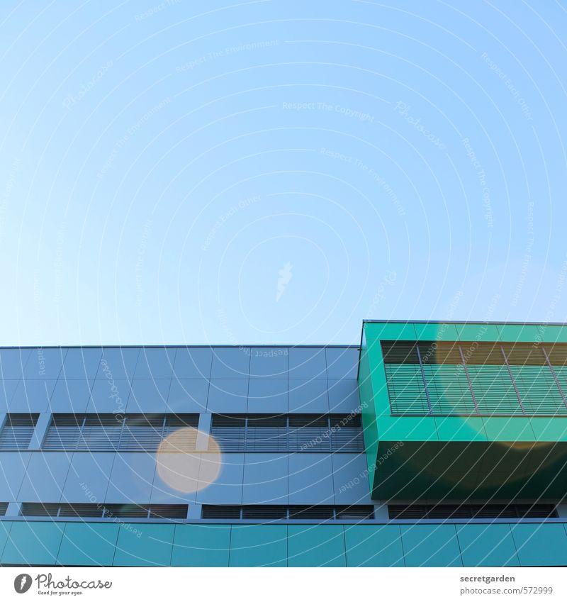 lichte punkte. Wolkenloser Himmel Schönes Wetter Bauwerk Gebäude Architektur Fassade Erker leuchten eckig glänzend modern blau grün Ordnungsliebe ästhetisch