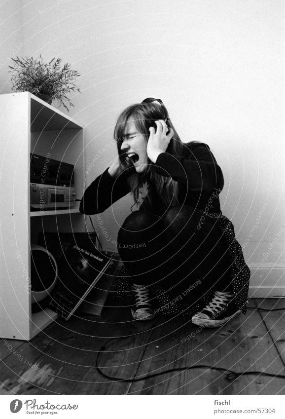 Let it out! Raum Frustration Angst ausbrechend schreien Kopfhörer sitzen Verzweiflung kämpferisch schreiend reinigend Musik Musikanlage