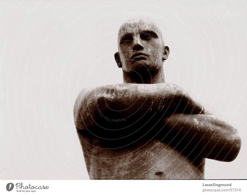 Mann aus Stein schwarz grau Stein Kunst Kraft Macht Bild stark Statue Denkmal Verkehrswege Skulptur böse Held Norwegen Torso