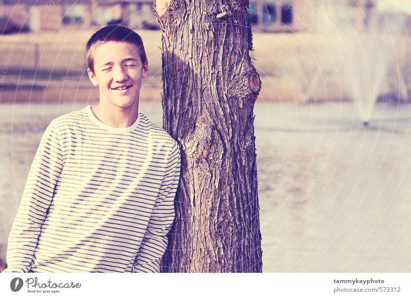 Schöner Teenager lächelnd mit geschlossenen Augen. Junger Mann Jugendliche 1 Mensch 8-13 Jahre Kind Kindheit 13-18 Jahre Landschaft Lächeln anlehnen Glück
