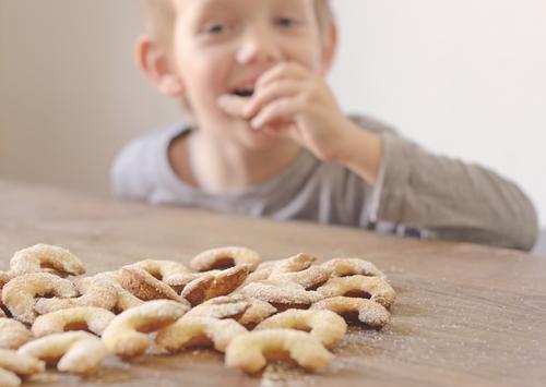 Plätzchendieb Mensch Kind Weihnachten & Advent Gefühle Junge Essen Stimmung Lebensmittel Kindheit Fröhlichkeit Ernährung niedlich süß Neugier Süßwaren