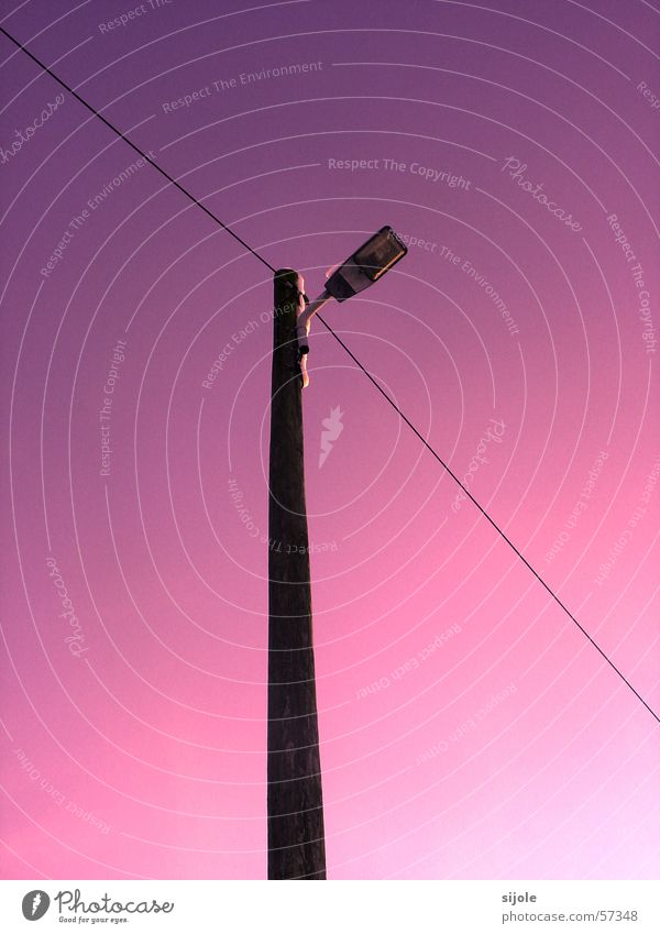 Vita lux... Himmel weiß blau Straße Lampe Linie Beleuchtung rosa Kabel violett Laterne Strommast Straßenbeleuchtung Pfosten Straßenrand Farbverlauf