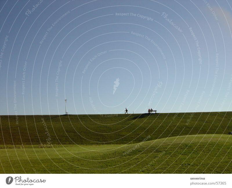 Am Deich Wiese grün Spaziergang wandern Lampe Himmel blau büsum Nordsee