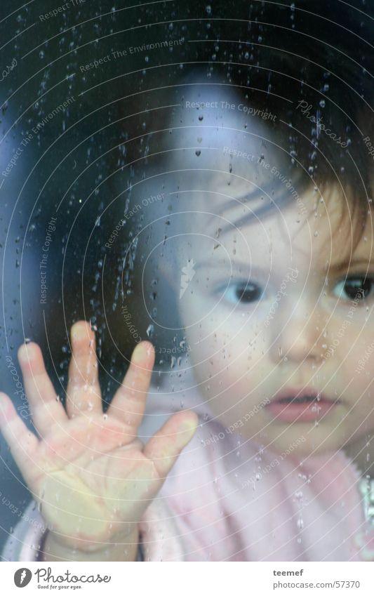 Rainy Day Kind Hand Mädchen Fenster Gesicht Auge Herbst Regen Neugier Glasscheibe Atem