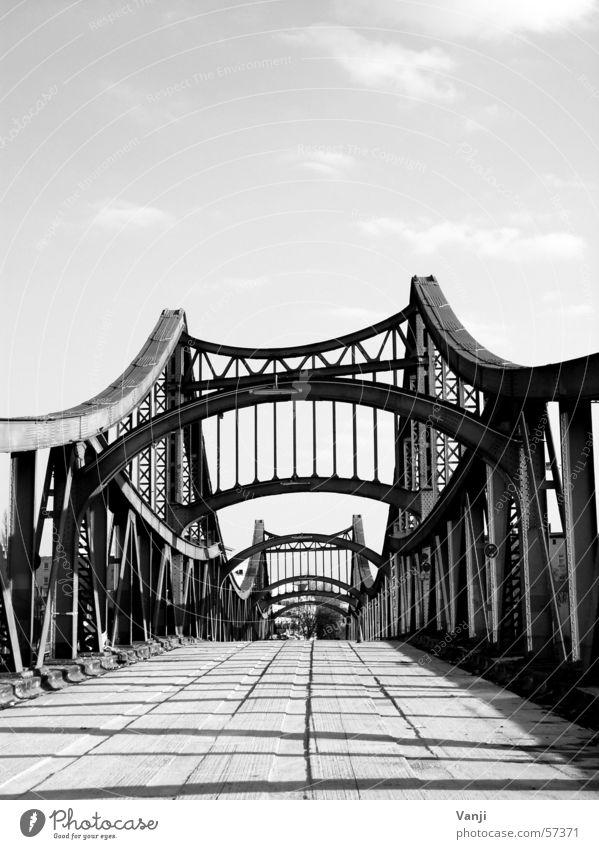 Millionenbrücke Stahl Fußgänger Spinnennetz Bauwerk Einsamkeit Brücke verfallen Schwarzweißfoto Himmel Bahnübergang Wege & Pfade Straße Berlin Bogen