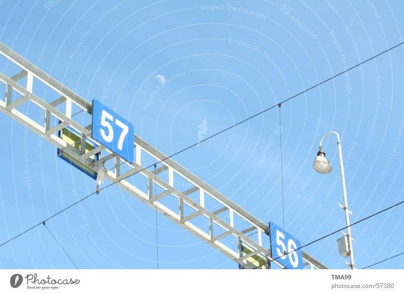 57 mit Mond + Lampe Oberleitung Gleise Straßenbeleuchtung Eisenbahn blau Himmel Blauer Himmel