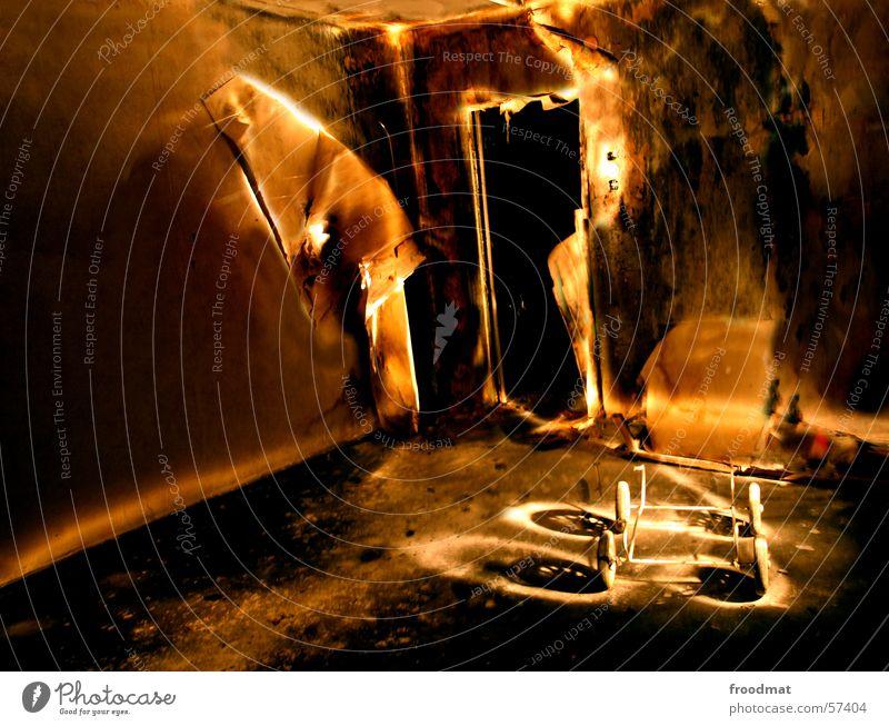 Kinderwagen Tapete Verfall Langzeitbelichtung Staub Schichtarbeit dunkel Nacht kaputt gruselig Taschenlampe mystisch dreckig Physik heiß Schrott Angst
