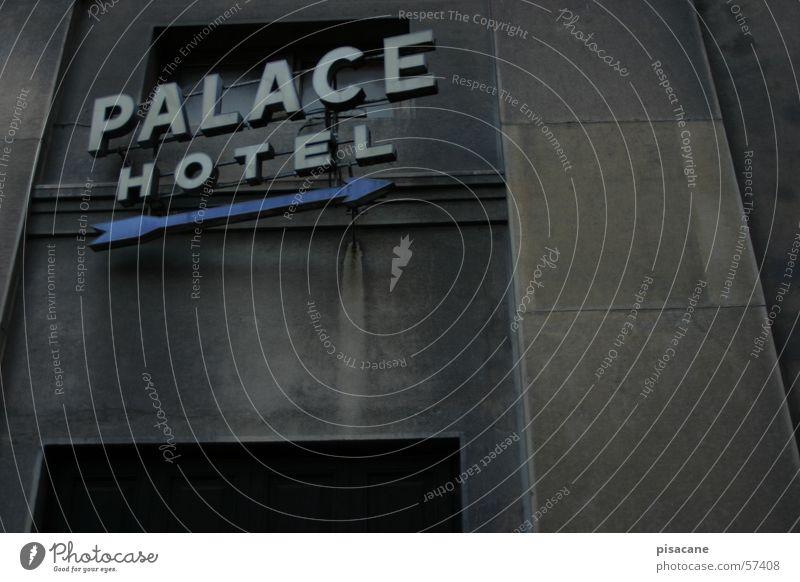 palace hotel Hotel Unterkunft dunkel Leuchtreklame Haus Fassade Anzeige