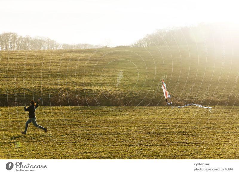 Drachensteigen ohne Wind Mensch Natur Jugendliche Junge Frau Landschaft Freude 18-30 Jahre Erwachsene Umwelt Leben Wiese Herbst Bewegung Freiheit Gesundheit