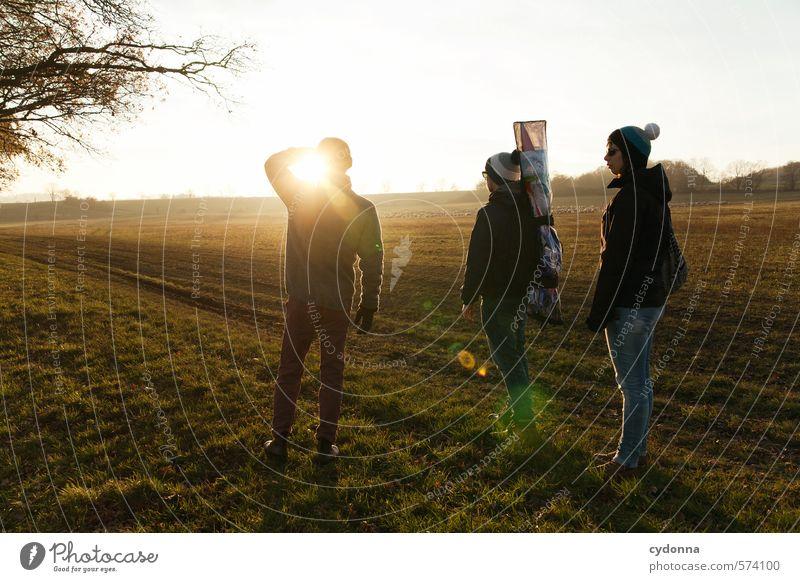 Unterwegs mit Drache Mensch Natur Jugendliche Erholung Junge Frau Landschaft Ferne 18-30 Jahre Junger Mann Erwachsene Umwelt Leben Wiese Herbst Wege & Pfade
