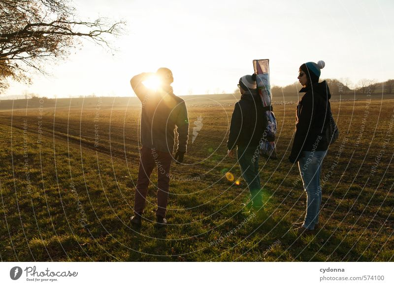 Unterwegs mit Drache Mensch Natur Jugendliche Erholung Junge Frau Landschaft Ferne 18-30 Jahre Junger Mann Erwachsene Umwelt Leben Wiese Herbst Wege & Pfade Freiheit