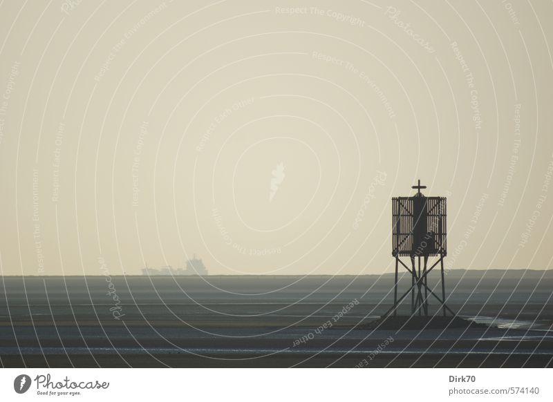 Outward bound Meer Einsamkeit ruhig Strand Ferne schwarz Küste grau Horizont braun trist Beginn Abenteuer Unendlichkeit Sehnsucht Schifffahrt