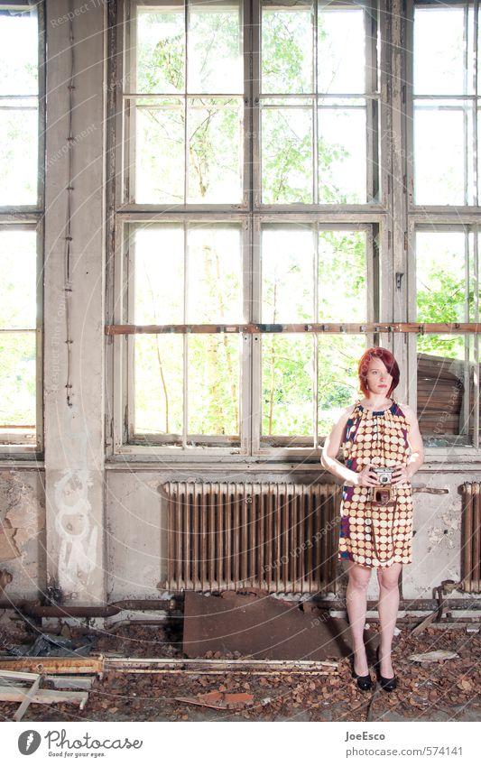 #574141 Lifestyle elegant Stil Abenteuer Häusliches Leben Frau Erwachsene Mensch 18-30 Jahre Jugendliche Fenster Mode Kleid rothaarig stehen träumen warten