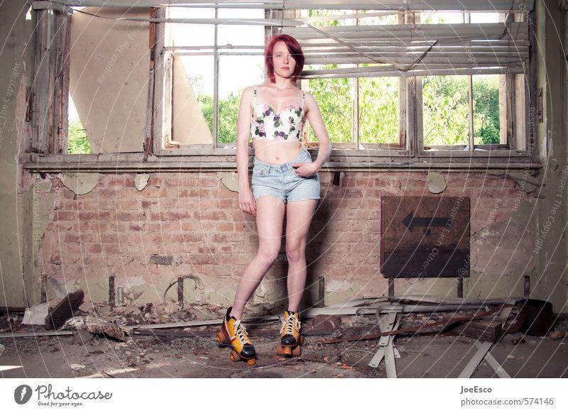 #574146 Lifestyle Stil Wohnung Raum Wohnzimmer Frau Erwachsene Mensch Mode Jeanshose rothaarig beobachten stehen warten außergewöhnlich Coolness frech trendy