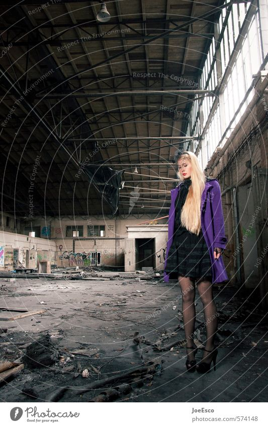 #574148 elegant Stil Abenteuer Häusliches Leben Nachtleben Feste & Feiern Frau Erwachsene Veranstaltung Industrieanlage Ruine Architektur Mode Rock Mantel blond