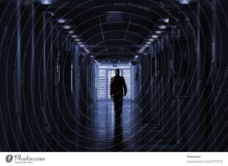 Allein Reflexion & Spiegelung Lampe Mensch Schatten Gang